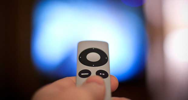 "appletv telecomando1 24 07 15 - Apple TV: nuova versione con telecomando ""Touch ID""?"