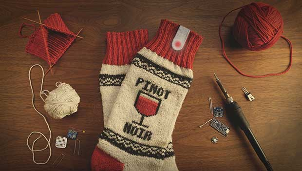 """netflix socks2 18 12 15 - Netflix Socks: calzini che """"pausano"""" Netflix durante il sonno"""